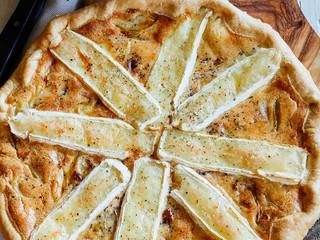 Tarta de cebolla caramelizada y queso Camembert.