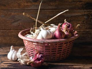 Cómo almacenar cebollas, ajos y chalotes para durar más de tres meses.