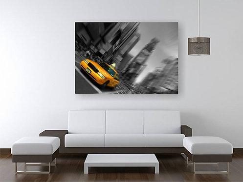 Žuti taxi na crno beloj pozadini