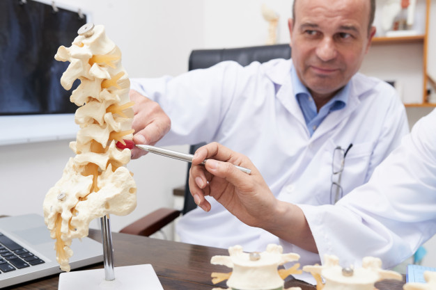 osteopath-pointing-spine-inflammation-mo