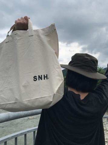 株式会社SNH特製「割と大きめのトートバッグ夏ver.」と「かなり大きめ2WAYのトートバッグ」販売のお知らせ