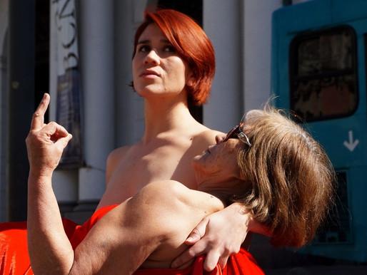 """""""Las AFP nos empelotan"""": Actriz y pensionada posan semidesnudas frente a la Corte Suprema"""