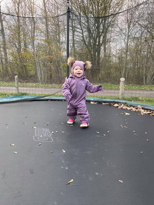 Det er både sjovt og hyggeligt at hoppe på trampolinen.