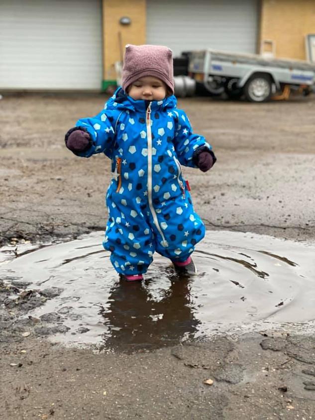 Det gode ved regnvejret, er det alle de store vandpytter, som vi kan hoppe i.