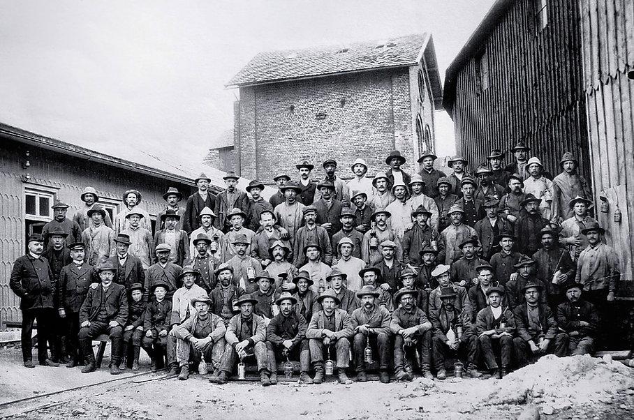 Belegschaft Grube Vahlberger Zug 1910.jp