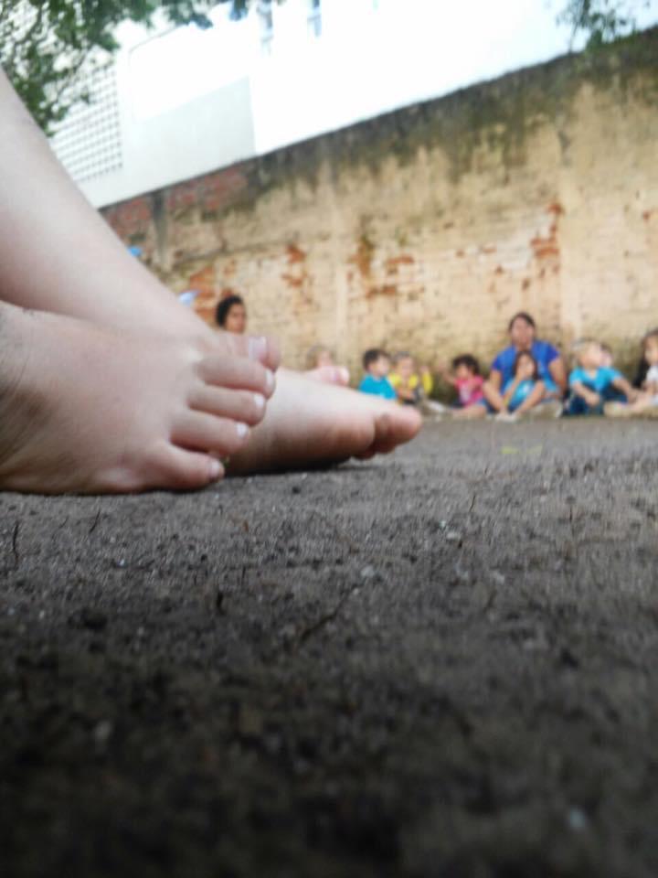 pé de uma criança no chão