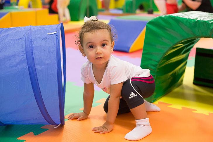 Criança fazendo circuito na Baby Gym