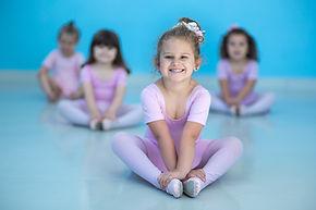 Aula de ballet_criança sentada no chão