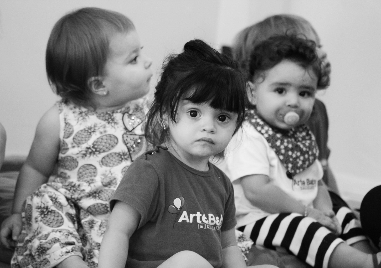 Três bebês sentados