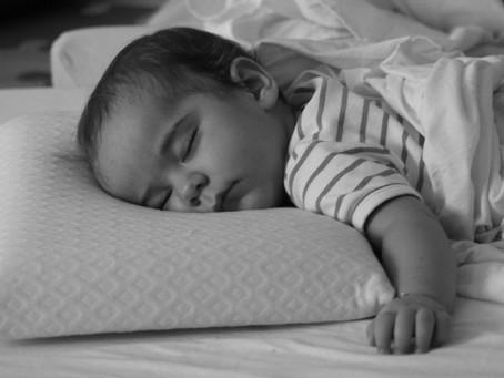 A importância do sono na infância e a relação entre o sono e o aprendizado.