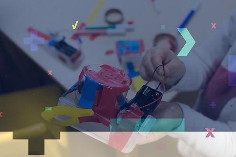 Criança mexendo com circuitos em aula de robótica