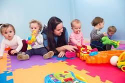 Professora em atividade com bebês