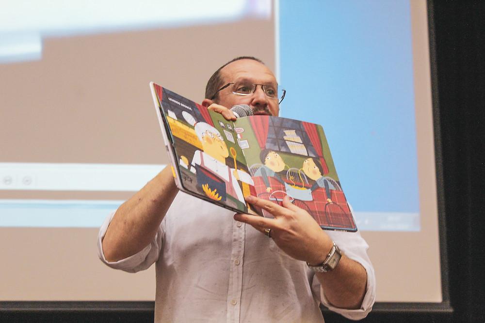 Ilan Brenman mostrando um dos seus livros