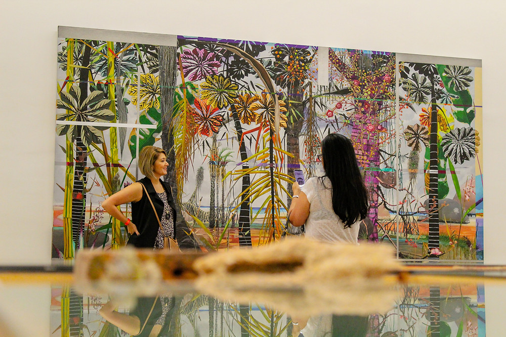 Participantes olhando obra de arte