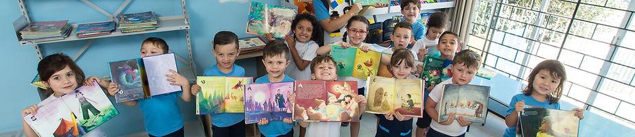 Crianças segurando livros abertos
