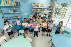 Crianças segurando livros