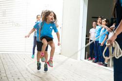 Criança pulando corda