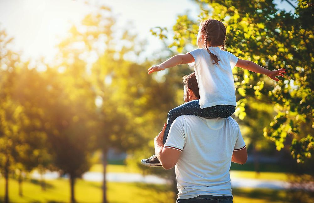 Pai e filha brincando no parque