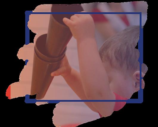 Arte Espaços-Criança segunrando cones