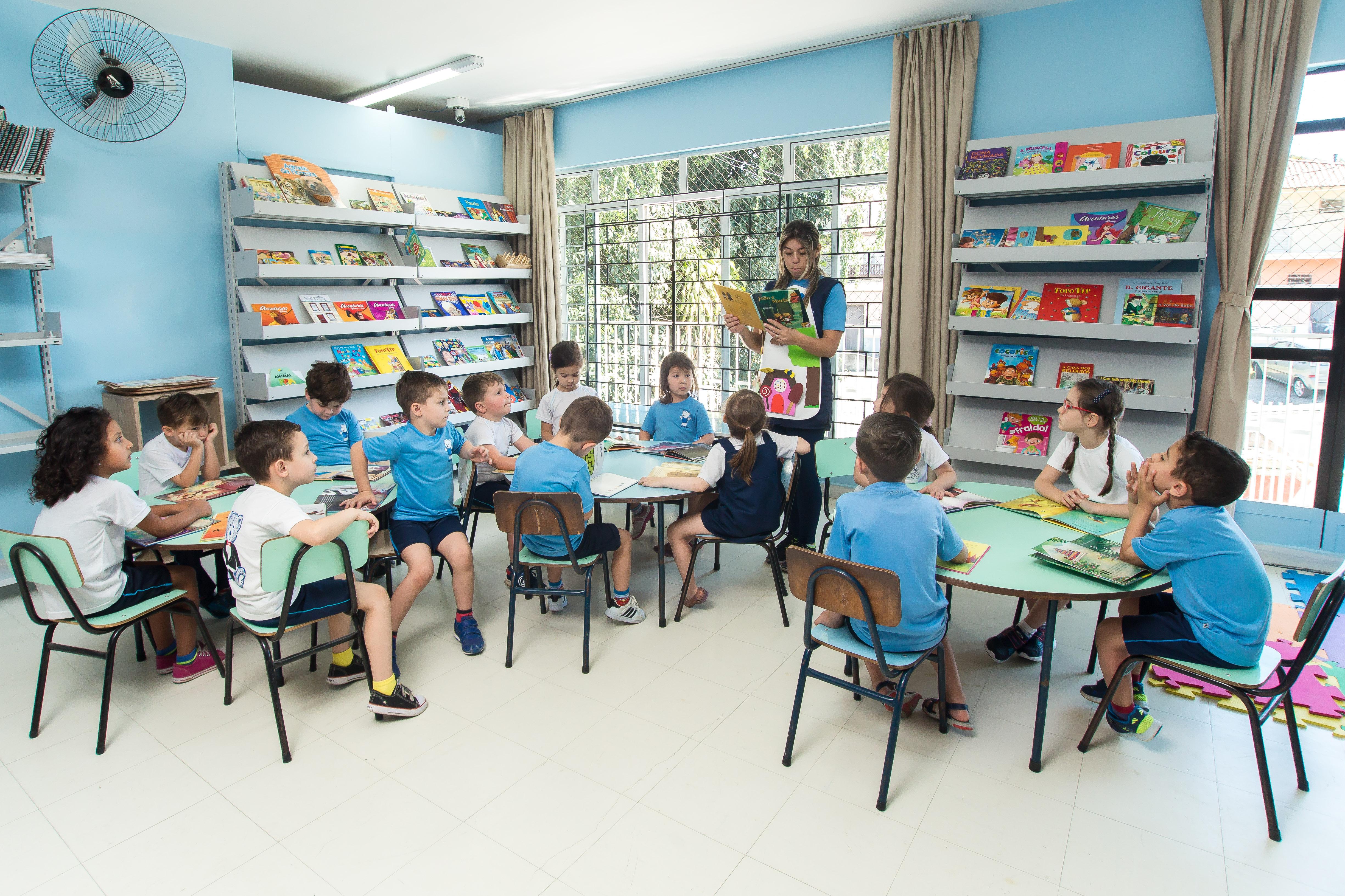 Crianças na biblioteca
