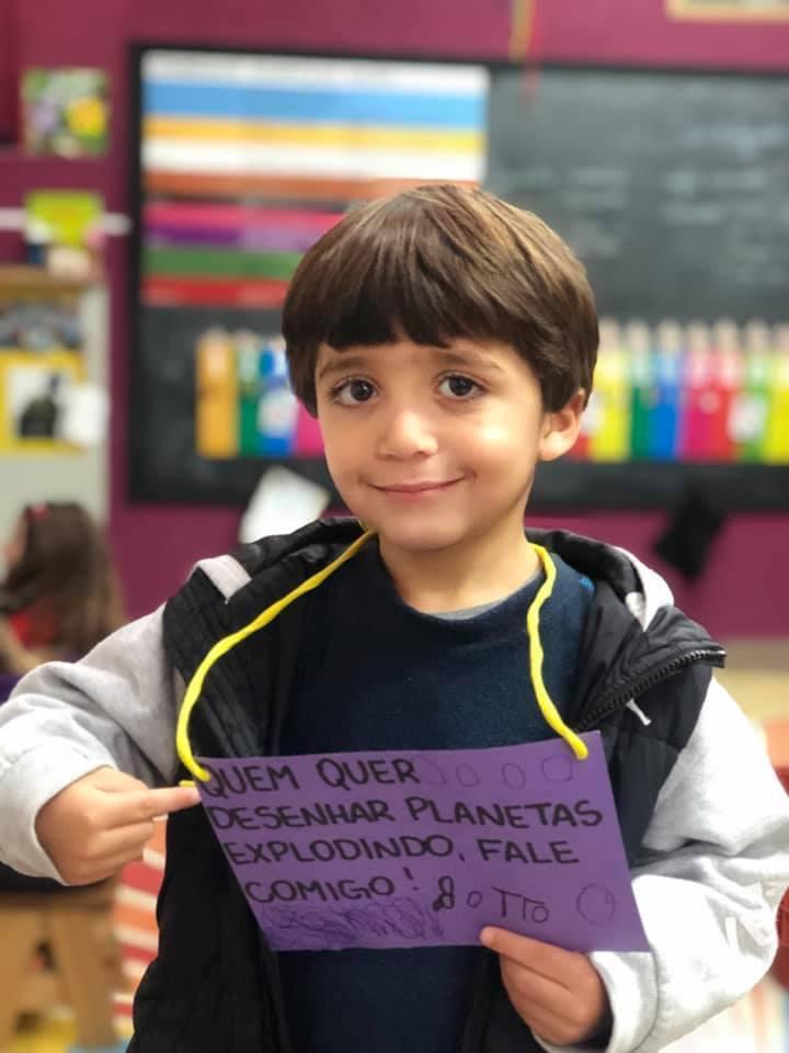 Criança segurando um cartaz