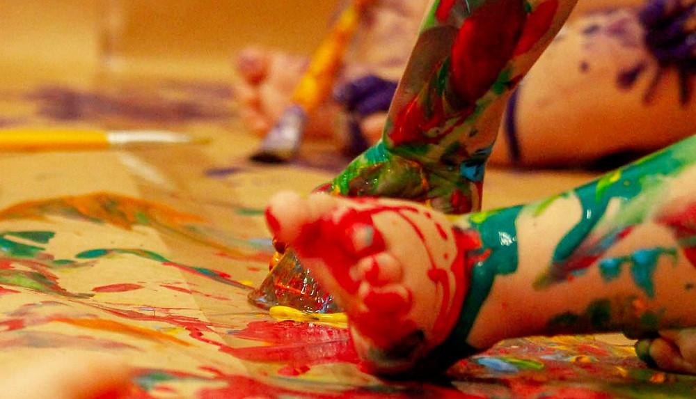 Bebê brincando com tinta