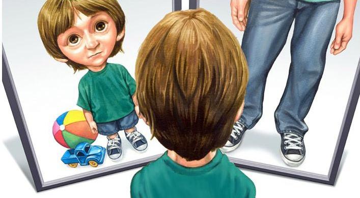 Garoto se olhando no espelho e vendo seu reflexo