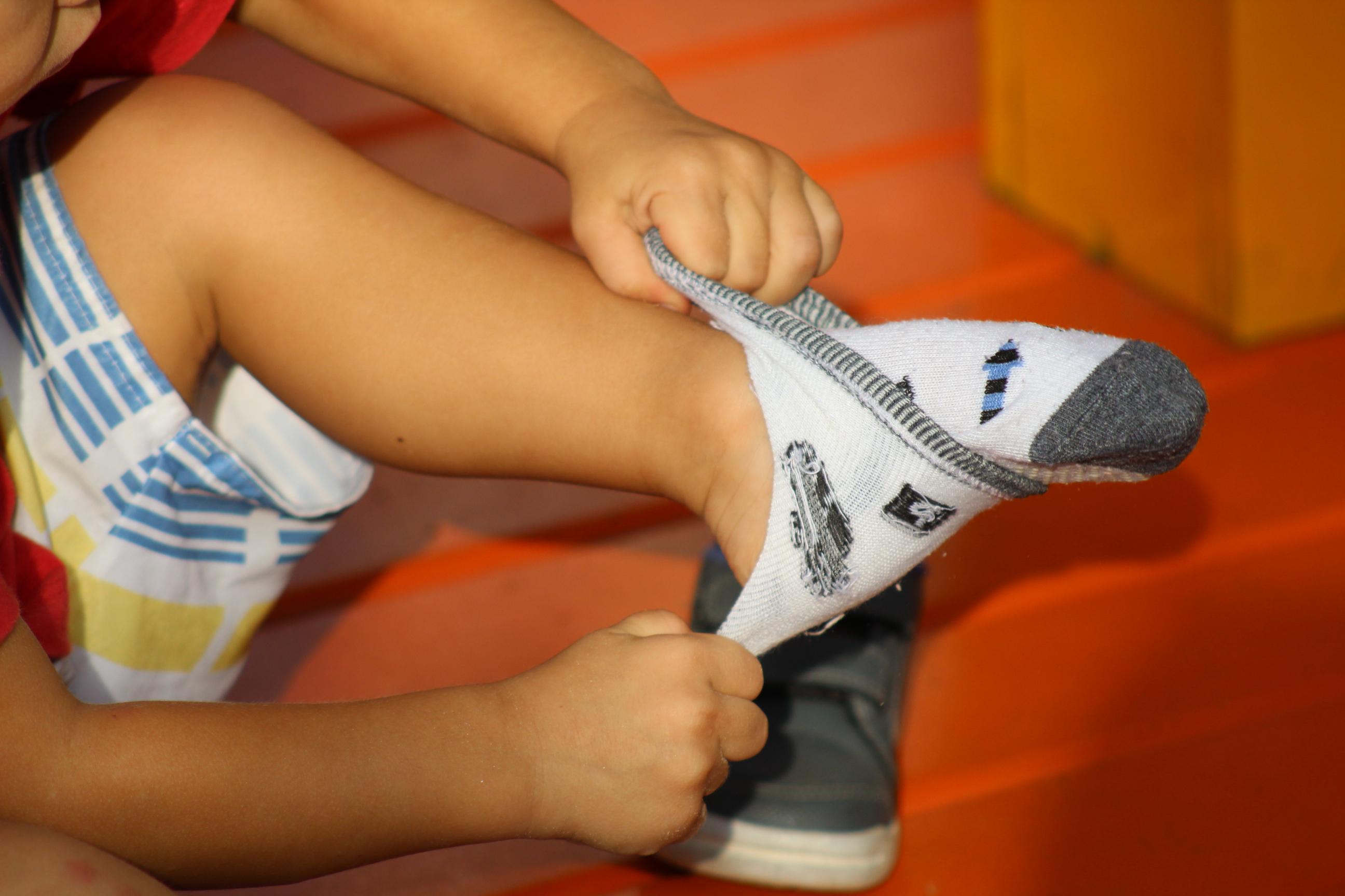 O desafio de vestir a meia