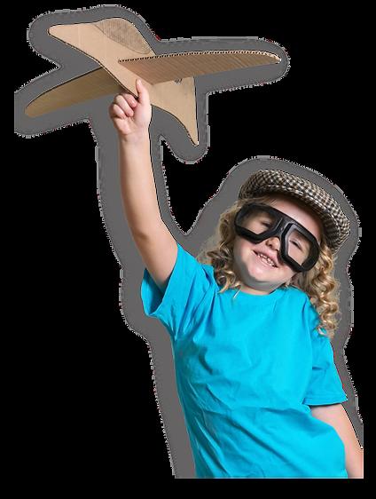 Criança brincando com um avião de papelão