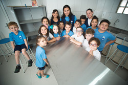 Crianças agrupadas no laboratório