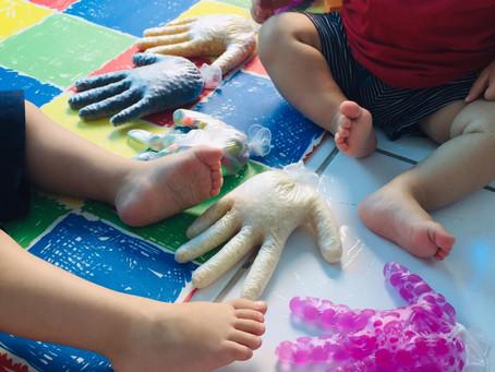 Mãos sensoriais no berçário