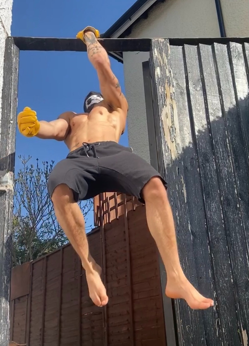 Ronin Supplies owner doing pull ups