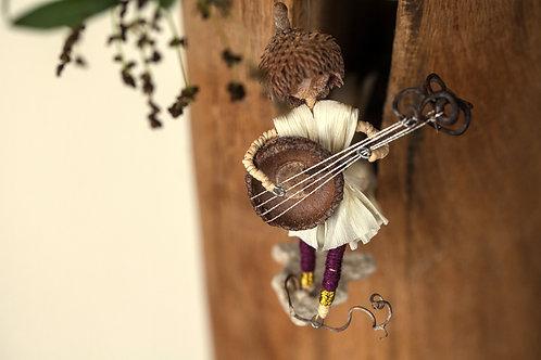 ספלולונ\ית מנגן בגיטרה