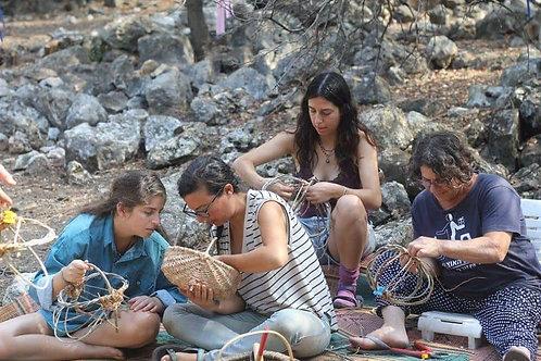 השתתפות בסדנת יום לקליעת סל מחומרים מקומיים - תמיא אביחיל