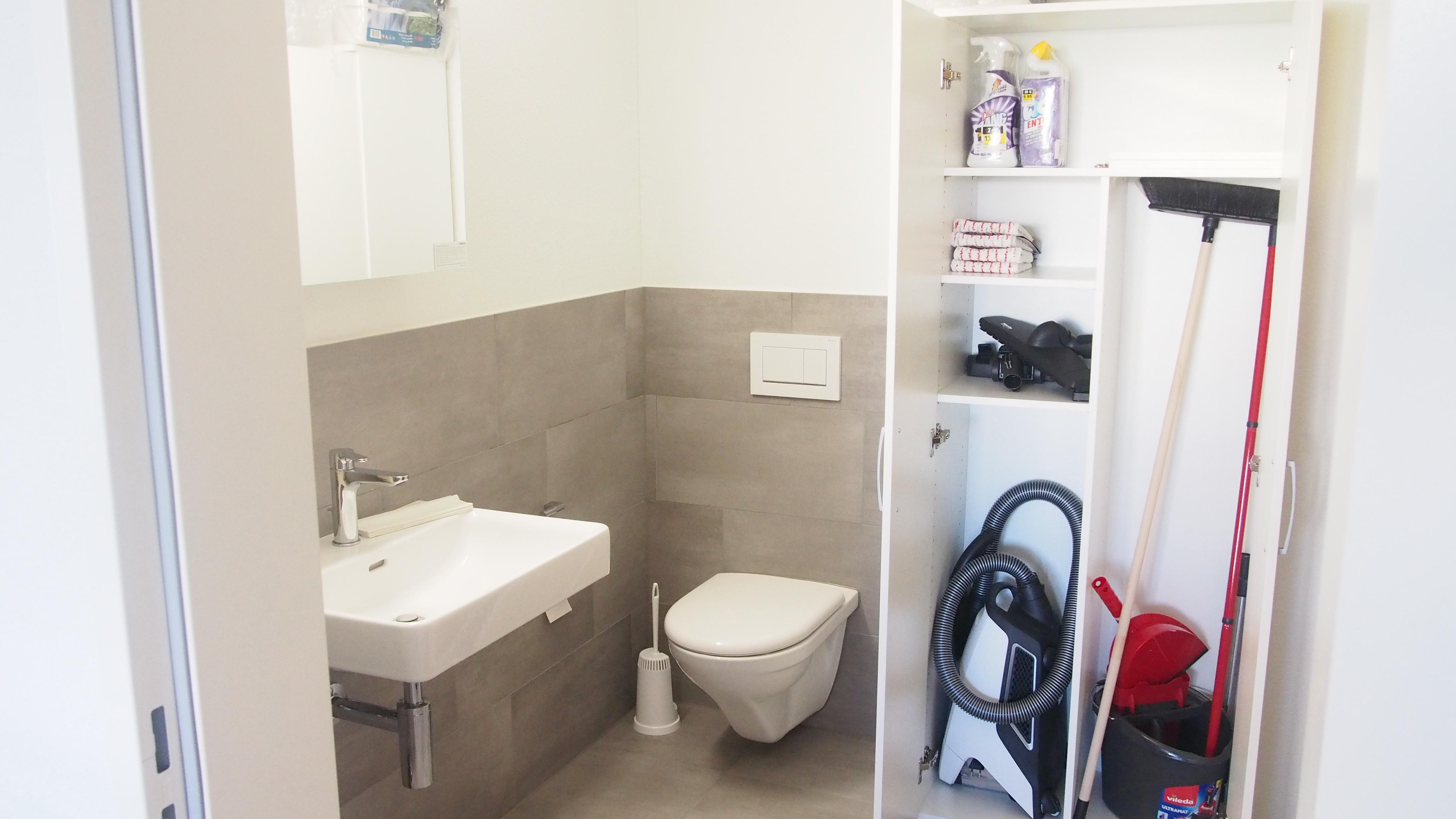 WC mit Putzutensilien