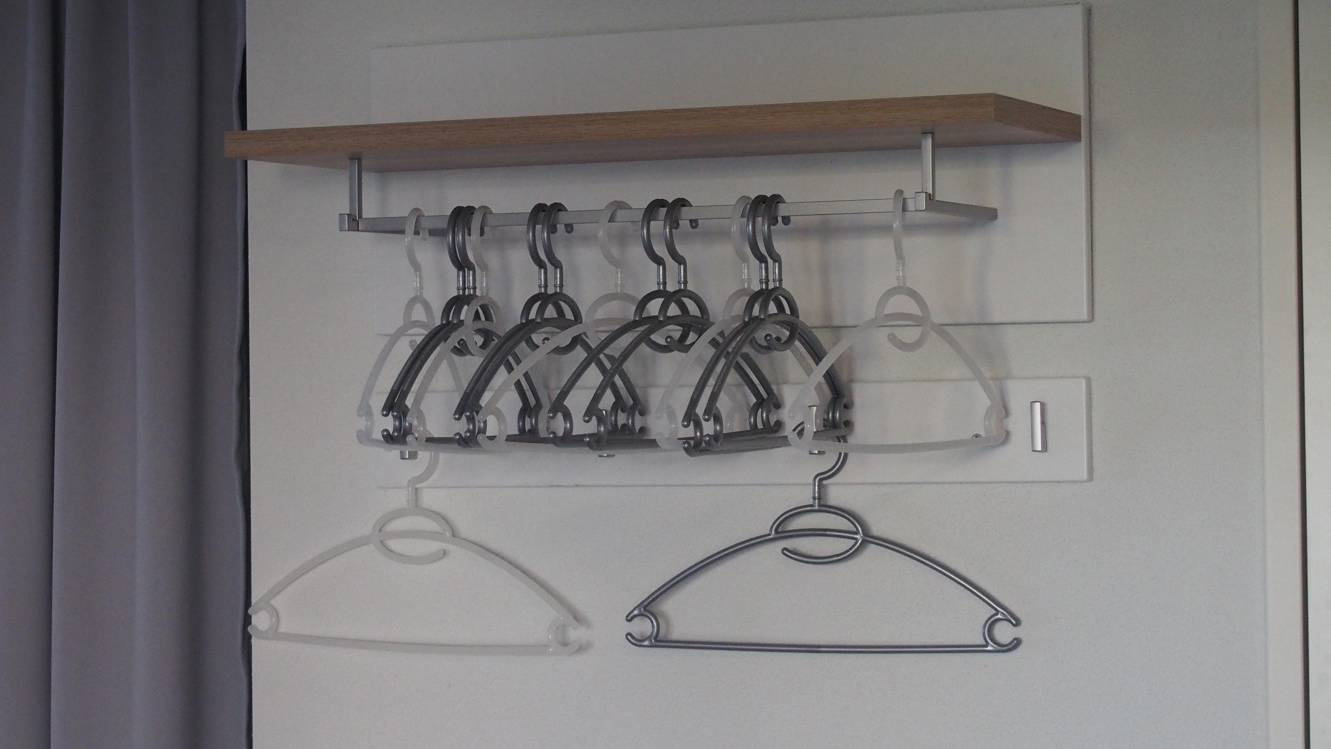 Kleiderbügel im Eingangsbereich