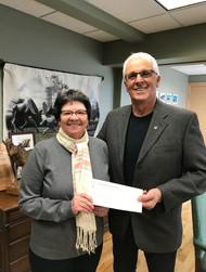 Suzanne Dallaire-Côté qui reçoit la somme de 10 000 $ de la main du maire Roger Sigouin.
