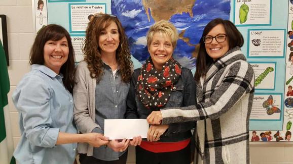Des enseignantes du CSCDGR Tammy Lemoine, France Frenette Lecours et Renée Gagnon (à l'extrême droite) reçoivent 10 000 $ de Chantal Couture Rancourt, conseillère scolaire.