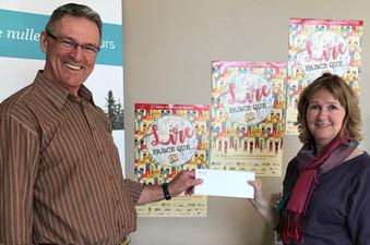 Lina Payeur du Salon du Livre reçoit  5000$ de la part de Guy Rheault