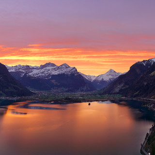 Urnersee_Bristen_Morgenrot_Pano.jpg