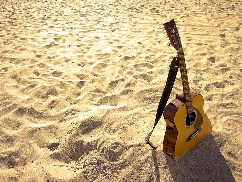 guitarra en arena.jpg