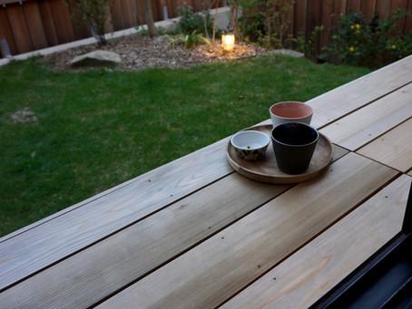 屋外収納を兼ねた木の縁台。