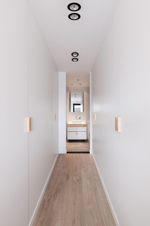 corredor branco moderno apontamentos madeira iluminação tromilux fabricante portugues nacional focos redondos encastrados em preto