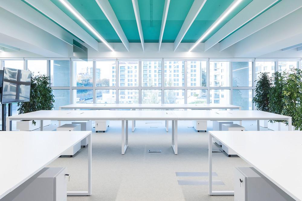 Iluminaçao Tromilux nos escritórios da Bizay em Lisboa projeto da Paralelo Zero arquitetura linhas continuas em led secretarias