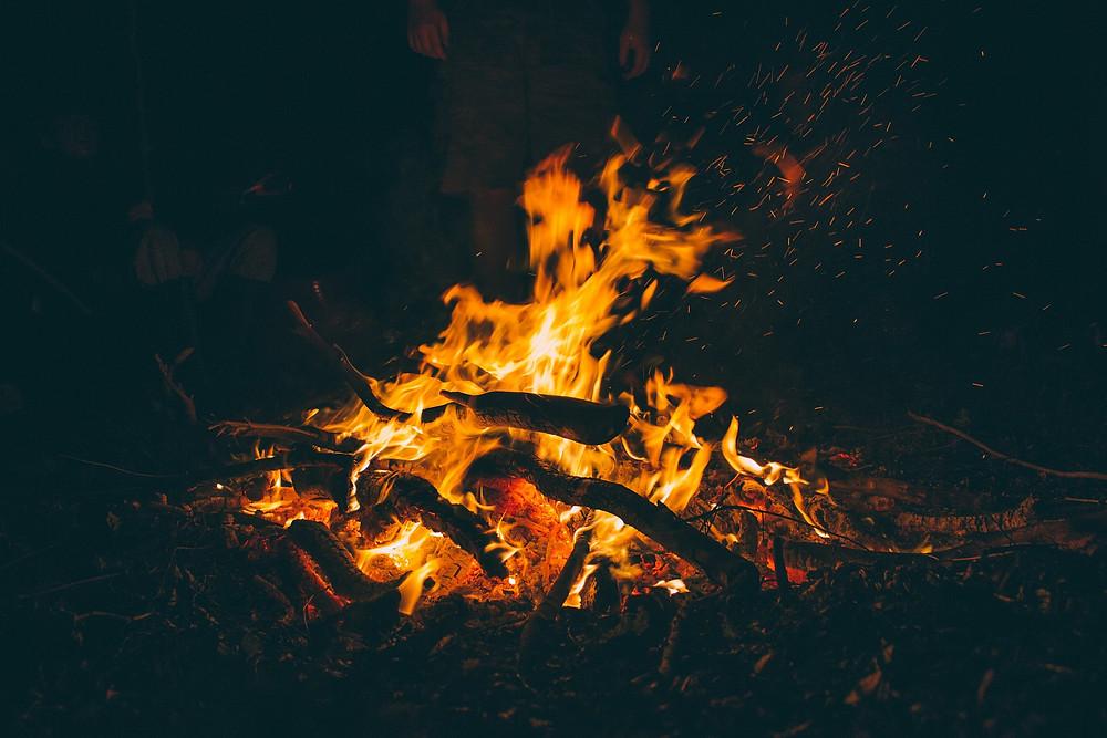 imagem: fogo e fogueiras primitivas