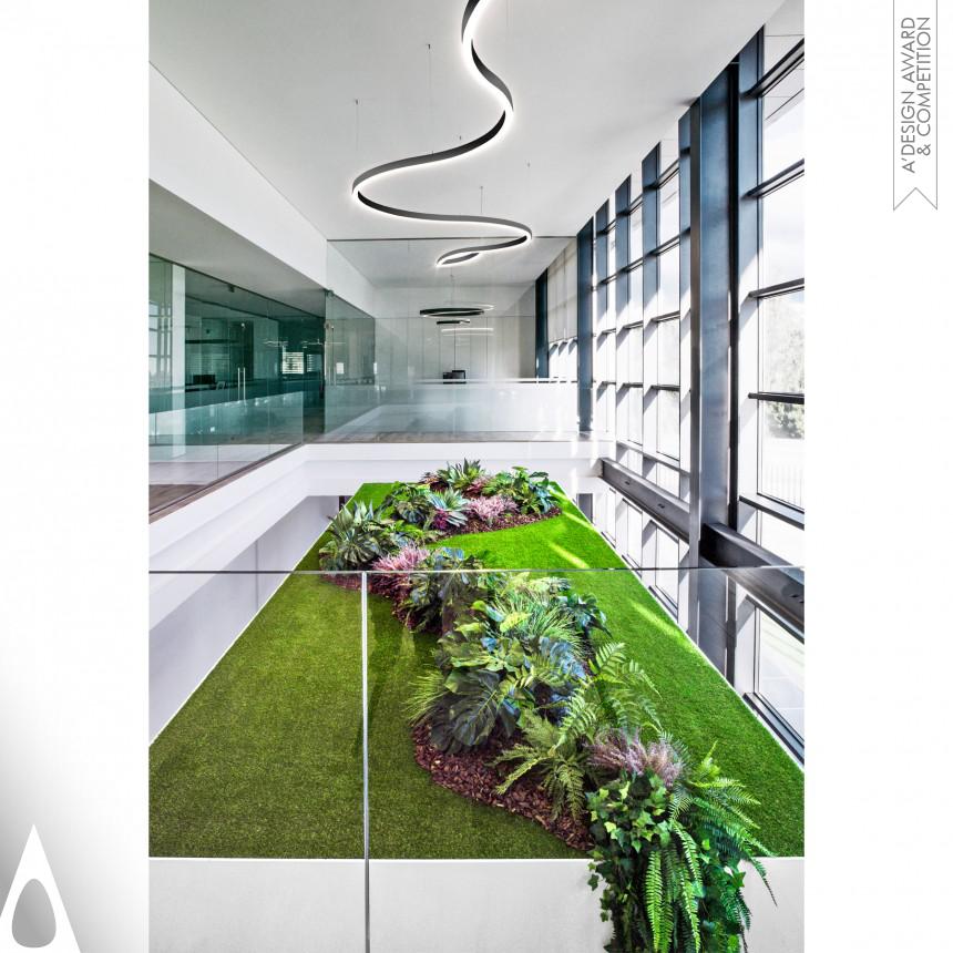 Espaço de Showroom com luminária em forma de cobra com luz descendente. Realizada pela Tromiluxx