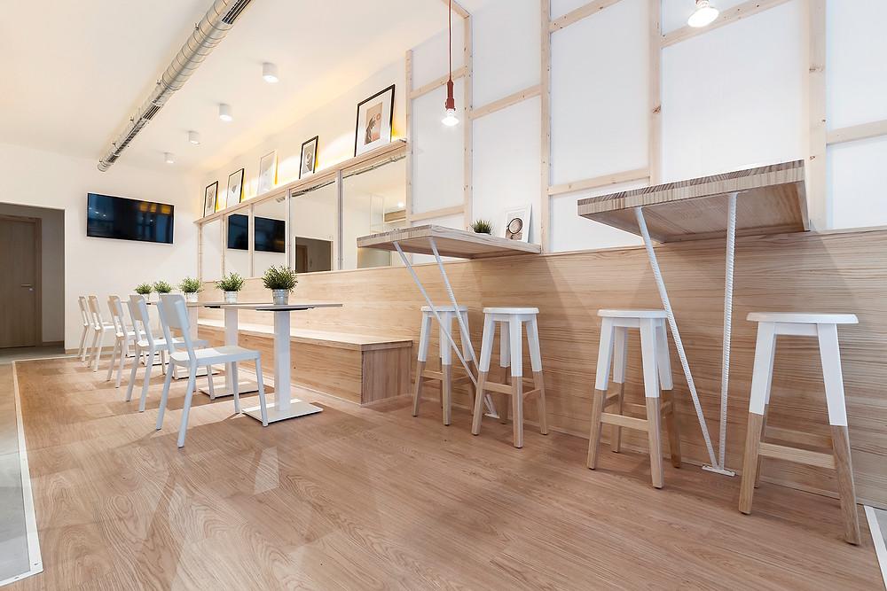 Zona de refeição da cafetaria La Torta com iluminação saliente Tromilux