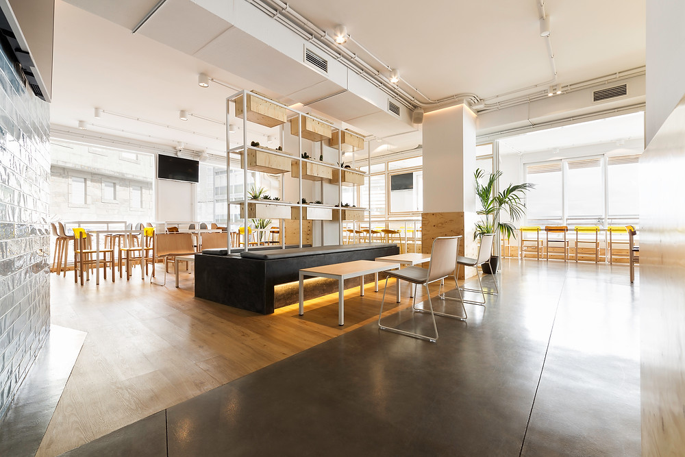 espaço aberto restaurante café iluminação Tromilux projetor saliente branco marca nacional zona sentar