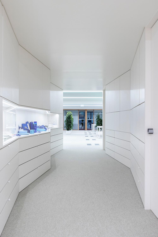Iluminaçao Tromilux nos escritórios da Bizay em Lisboa projeto da Paralelo Zero arquitetura linhas continuas em led passagem