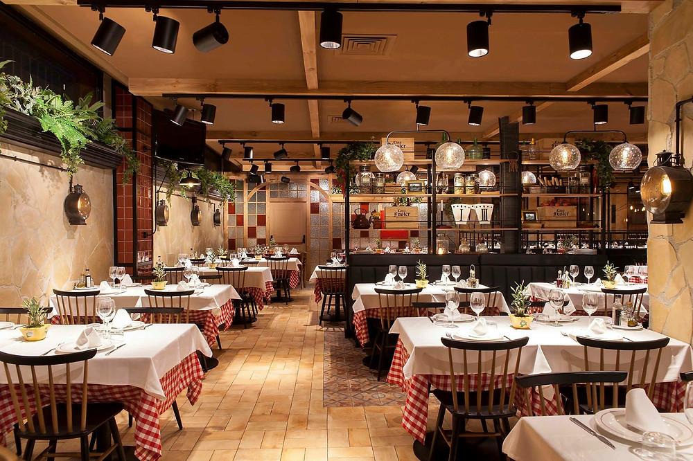 Restaurante Casa Fuster Barcelona iluminação fabricante nacional candeeiros Tromilux produto 5081 projetor orientável preto com adaptador em calha trifásica